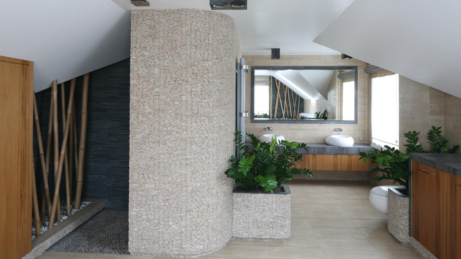 W pięknym, przestronnym salonie kąpielowym w stylu SPA rolę pierwszoplanową odgrywają materiały: zastosowano kilka rodzajów kamienia, w tym kamienną łupankę. Wraz z roślinami zielonymi tworzy scenerię idealną do relaksu. Projekt: Karolina Łuczyńska. Fot. Bartosz Jarosz.