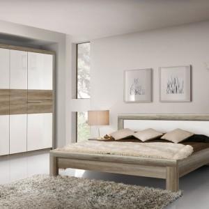Meble do sypialni z kolekcji Roxette stanowią połączenie białych frontów z elementami w odcieniu ciemnego dębu z wyraźnym rysunkiem usłojenia. Szerokie, metalowe uchwyty na szafkach nocnych oraz szafie dodają meblom nowoczesnego charakteru. Fot. Forte.