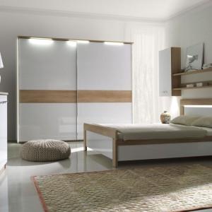 Sypialnia Manhattan to połączenie białej, lakierowanej na wysoki połysk płyty oraz elementów w kolorze dębowym. Modny zestaw do nowoczesnych sypialni. Fot. Stolwit.