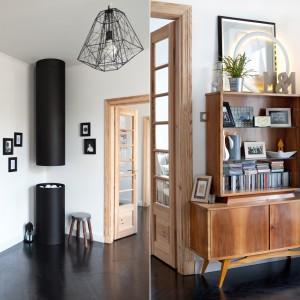 Ościeżnica i drzwi w salonie pochodzą z oryginalnego wyposażenia starej kamienicy, choć wyczyszczono je ze starej białej farby olejnej. Teraz, utrzymane w jasnym kolorze drewna pięknie harmonizują z delikatnie stylizowanymi meblami. Projekt: Magdalena Ilmer, Boho Studio. Fot. Boho Studio.
