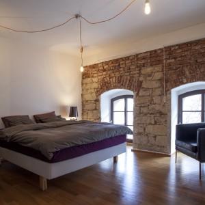 Na pierwszym piętrze zaplanowano stylową sypialnię, przeznaczoną dla gości. Projekt: B² Architecture. Fot. Michal Šeba.