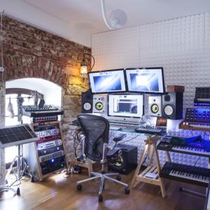 Właściciele mieszkania są muzykami. Dlatego też jeden z pokoi na najniższej kondygnacji zaadaptowano na studio muzyczne. Projekt: B² Architecture. Fot. Michal Šeba.