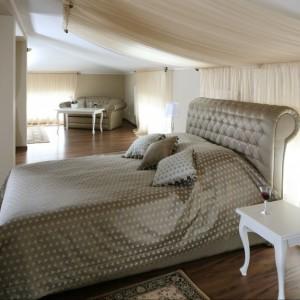 Klasyczna sypialnia umieszczona na poddaszu dzięki ciekawie podpiętej tkaninie zyskała romantyczny i elegancki charakter. Projekt: Małgorzata Goś. Fot. Bartosz Jarosz.
