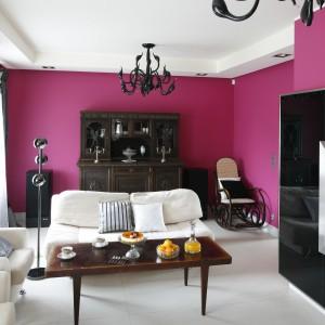 Ściany w kolorze fuksji stanowią nie tylko bazę całej aranżacji salonu, ale też mocny akcent kolorystyczny zastępując wszelkiego rodzaju barwne zdobniki i dodatki we wnętrzu. Projekt: Beata Ignasiak-Wasik. Fot. Bartosz Jarosz.
