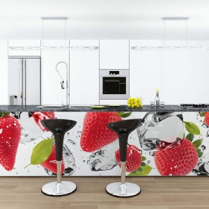 Fototapetą można ozdabiać nie tylko ściany w kuchni. Dekoracja z soczystymi truskawkami naklejona na wyspę sprawi, ze stanie się ona bardziej widoczna a biała kuchnia zyska wyrazisty charakter. Fot. Pixers.