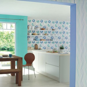 Jasna tapeta w pastelowe, drobne kwiatki z serii Fresh Up marki Rash sprawi, że w kuchni zapanuje wiosenna aura. Fot. Rash.