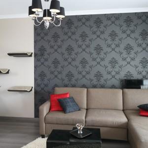 Forma klasycznej lampy sufitowej nawiązuje do wzorów zdobiących elegancką tapetę. zarówno kształtem, jaki i barwą. Projekt: Joanna Nawrocka. Fot. Bartosz Jarosz.