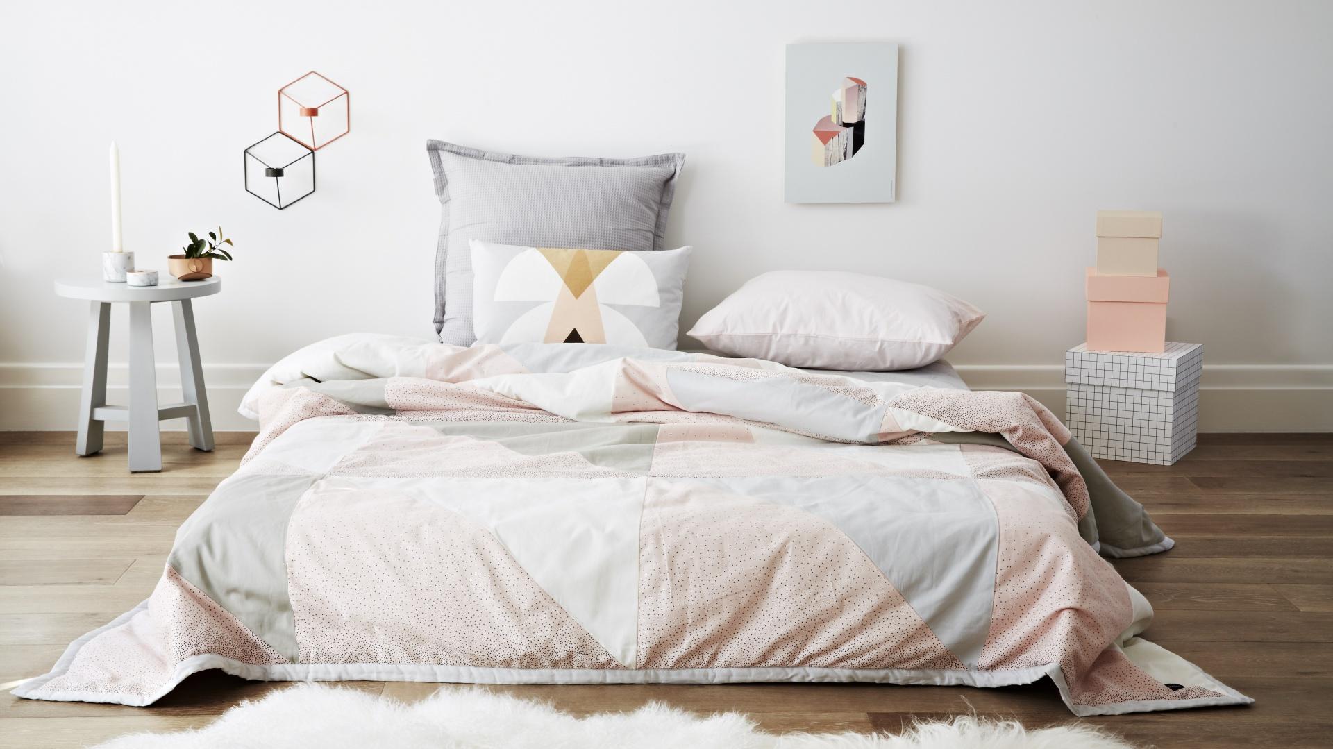 Geometryczne wzory połączone z pastelowymi odcieniami to ponadczasowe zestawienie, które doda charakteru każdej sypialni. Fot. Oyoy Design/Norsu.