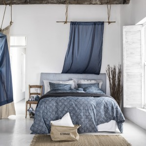 Stonowana, spokojna kolorystyka połączona z intensywnymi odcieniami koloru niebieskiego to wciąż modne, kolorystyczne zestawienie idealnie pasujące do każdej sypialni. Fot. H&M Home.