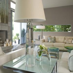 Ciepłe odcienie szarości podkreślą subtelny charakter wykreowanej w eleganckim stylu glamour przestrzeni. Fot. Benjamin Moore.