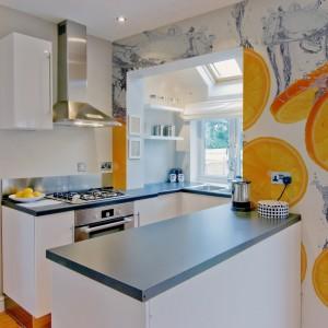 Fototapeta z motywem pomarańczy to świetny sposób na ożywienie jasnej, spokojnej przestrzeni. W kuchni ten smakowity motyw sprawdzi się znakomicie. Fototapeta dostępna jest w ofercie sklepu Artofwall. Fot. Artofwall.