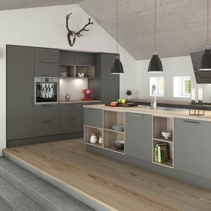 Szare, matowe fronty mebli kuchennych nadadzą przestrzeni kuchni surowy charakter. W zestawie z loftowymi lampami są jak znalazł do kuchni w industrialnym stylu.  Fot. Nettoline, kuchnia Paris.