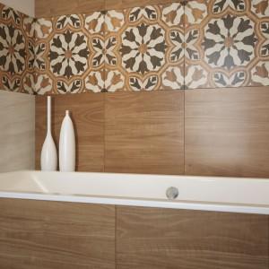 Płytki z serii Gusto z oferty Cersanitu mają ciepłą, głęboką barwę i wzór drewna. Efektowne uzupełnienie stanowią dekory z ornamentowym wzorem. Fot. Cersanit.