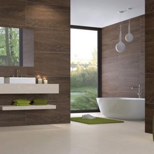 Płytki z serii Wood marki Grespania to drewnopodobna propozycja w dużym formacie. Ciemny odcień i wyraźne usłojenie drewna sprawiają, że glazura do złudzenia przypomina naturalny materiał. Fot. Grespania.