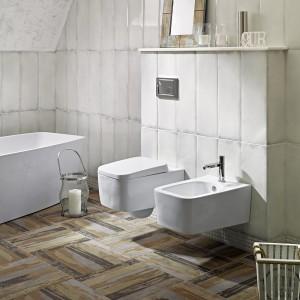 Płytki Arke Ceramiki Paradyż do złudzenia przypominają drewnianą podłoga nosząca ślady przeszłości i  nadadzą łazience klimat rustykalny. Fot. Ceramika Paradyż.