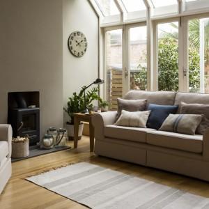 Duże połacie szyb dobrze wyglądają nie tylko w nowoczesnych wnętrzach, lecz także w ciepłych, przytulnych aranżacjach skąpanych w beżach. Fot. Sainsburys Home.
