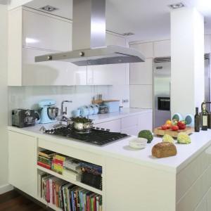Biel i zimne błękity idealnie sprawdzą się także w prowansalskiej aranżacji. Tutaj stworzyły piękną, urokliwą kuchnię w rustykalnym stylu. Projekt: Paweł Ejsmont. Fot. Bartosz Jarosz.