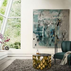 Dzięki dużym przeszkleniom możemy powiększyć optycznie salon i sprawić, że zyska on cenną przestrzeń. Fot. Brabbu Design Forces.