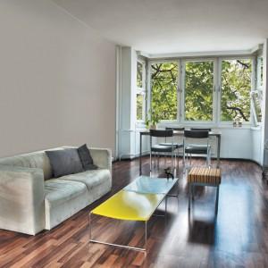 Duże okna są niezwykle korzystne w długich, ale wąskich pomieszczeniach. Dzięki nim wnętrze nie jest zaciemnione. Fot. Tikkurila.