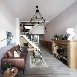 We wnętrzach odczuwa się ducha dawnych czasów. Zdobione meble i stylizowany na starodawny żyrandol przenoszą nas w inna epokę. Stonowane brązy pięknie eksponują stylowe meble i dodatki. Projekt: HAO Design Studio. Fot. Joey Liu.