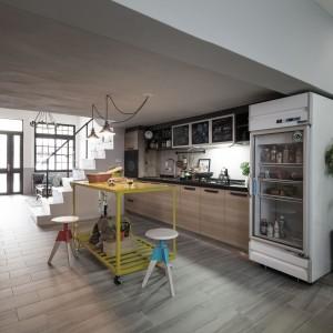 W długiej przestrzeni kuchni urządzono aneks oraz niezwykle oryginalną, żółtą wyspę. Na dolnym poziomie mebla można przechowywać sprzęty kuchenne, a na blacie przyrządzać potrawy lub zjeść posiłek. Projekt: HAO Design Studio. Fot. Joey Liu.