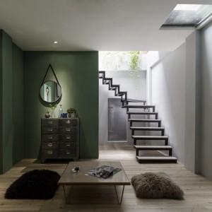 W graniczącym z kuchnią kąciku wypoczynkowym można usiąść i zrelaksować się przy herbacie. Stonowane, naturalne barwy wnętrza oraz wpadające do środka naturalne światło sprzyjają relaksowi. Projekt: HAO Design Studio. Fot. Joey Liu.