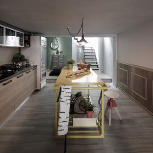 Kuchnię zlokalizowano na pierwszym piętrze, pomiędzy salonem, od którego umownie odgradzają ją schody, a kącikiem wypoczynkowym. Ten ostatni został umieszczony na 20-centymetrowym podeście, charakterystycznym dla architektury w tej części Azji. Projekt: HAO Design Studio. Fot. Joey Liu.