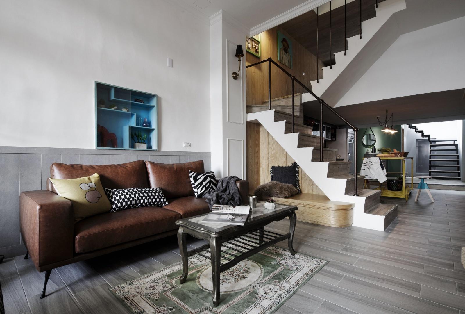 Wnętrza wykończono z dbałością o każdy szczegół. Otwarta klatka schodowa współgra wizualnie z resztą wnętrza: stopnie schodów wykończono taką samą posadzką jak podłogi, a poręcze korespondują stylistyką z oświetleniem w przedpokoju. Pod schodami zaplanowano niewielki podest. W powstałym kąciku można usiąść lub ustawić dekoracje. Projekt: HAO Design Studio. Fot. Joey Liu.