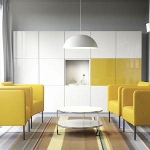 Meble modułowe z kolekcji Besta marki IKEA pozwalają na dowolną kombinację lakierowanych na wysoki połysk frontów. Fot. IKEA.