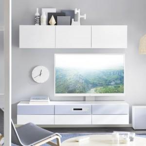 """Szafka RTV z oferty marki IKEA. Szafka pod TV BESTÅ/ UPPLEVA Kombi/TV 55""""/2.1 system dźwiękowy  to połączenie telewizorów LED UPPLEVA i systemu mebli do przechowywania. Fot. IKEA."""