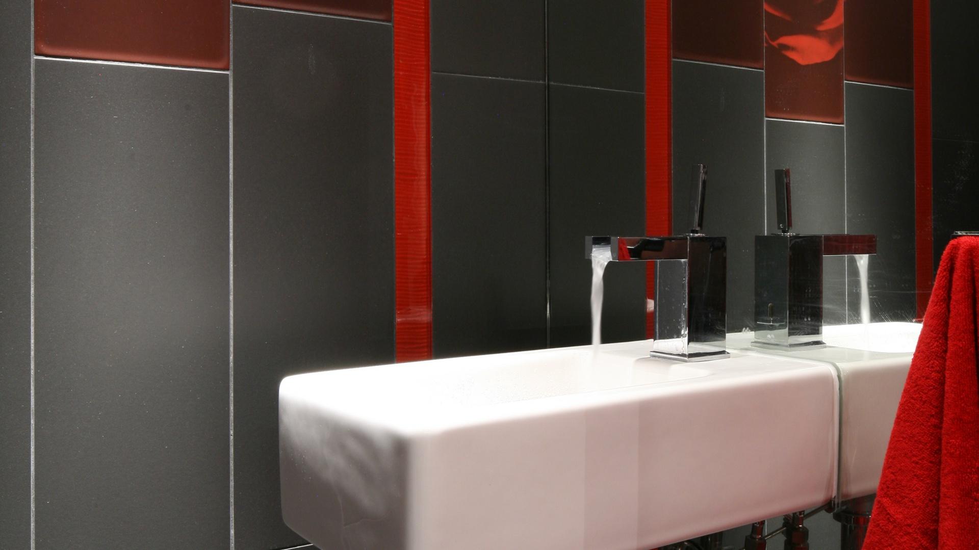 Specjalnie z myślą o małych łazienkach producenci polecają modele ceramiki sanitarnej, które sprawdzają się w niewielkich przestrzeniach. Projekt: Małgorzata Szajbel-Żukowska, Maria Żychiewicz. Fot. Bartosz Jarosz.