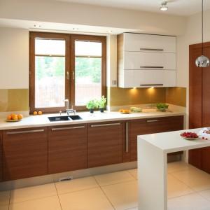 Połączenie lakierowanych białych frontów z wykończeniem w kolorze drewna od kilku sezonów zaliczany jest do najmodniejszych trendów kuchennych. Projekt: Magdalena Bonin-Jarkiewicz. Fot. Bartosz Jarosz.