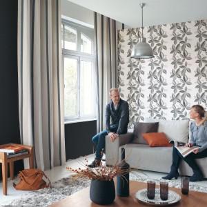 Dekoracja z kolekcji Copenhague francuskiej marki Casadeco z uniwersalnym motywem liści, to propozycja do pokoju dziennego w każdym stylu. Fot. Casadeco.
