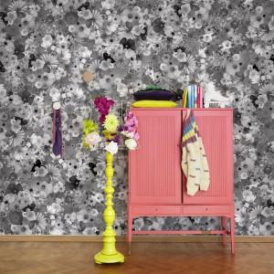 Kwiatki, bratki i stokrotki są głównym motywem tapety z serii Nostalgic marki Mr Perswall. Ukwiecenie w różnych odcieniach szarości, od jasnej po tę przypominającą czerń, nada wnętrzu bardzo oryginalny wygląd. Fot. Mr Perswall.