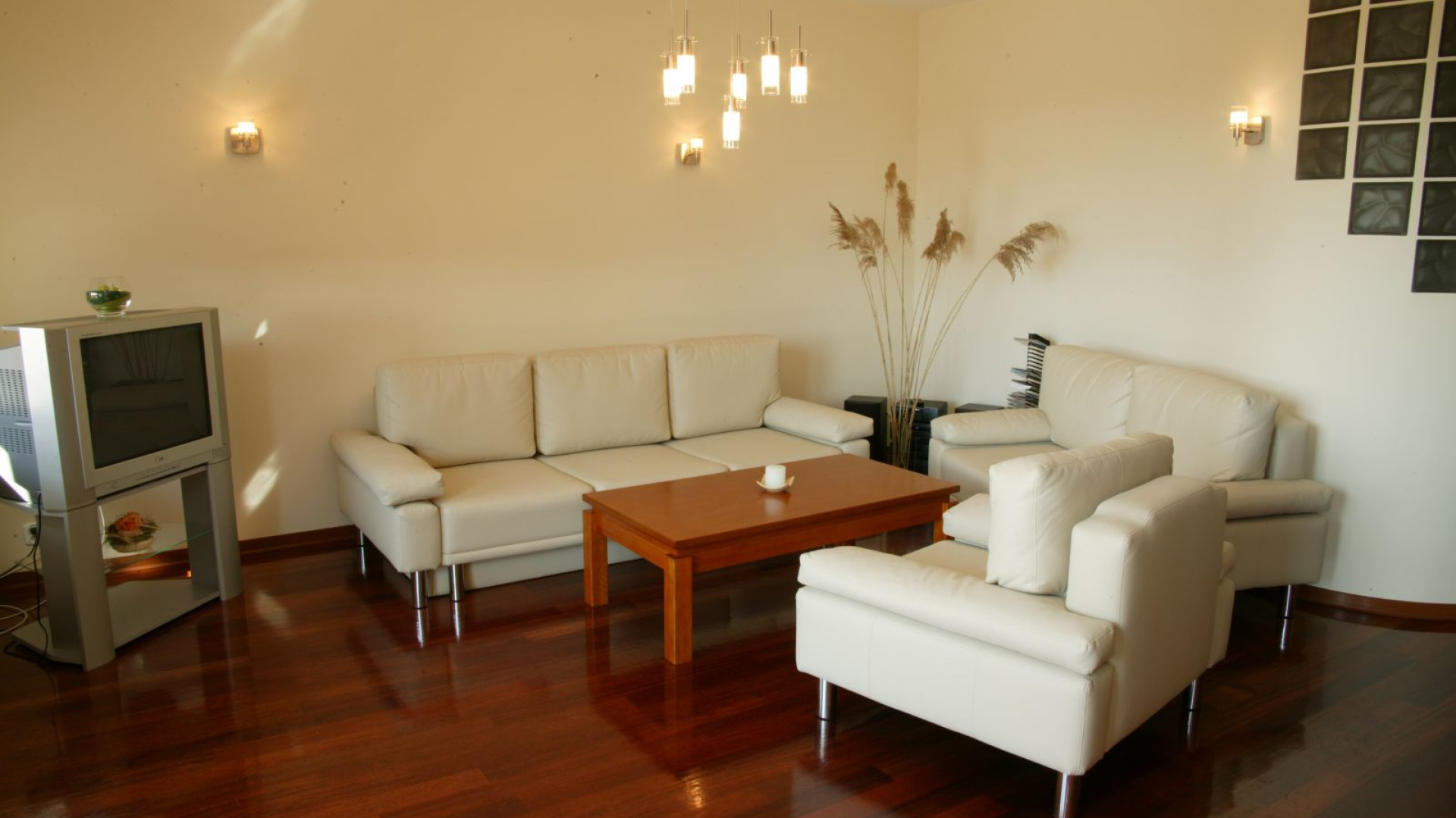 Ciemna podłoga, białe meble...  Wystrój salonu. Zobacz co było modne ponad 10 lat temu  Strona: 15