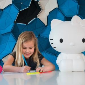 Która mała dziewczynka nie lubi bajkowego kotka z kokardką przy uchu...? Pokaźnych rozmiarów lampa Hello Kitty z pewnością przypadnie do gustu większości dziewczynek w wieku przedszkolnym. Fot. Maiden.