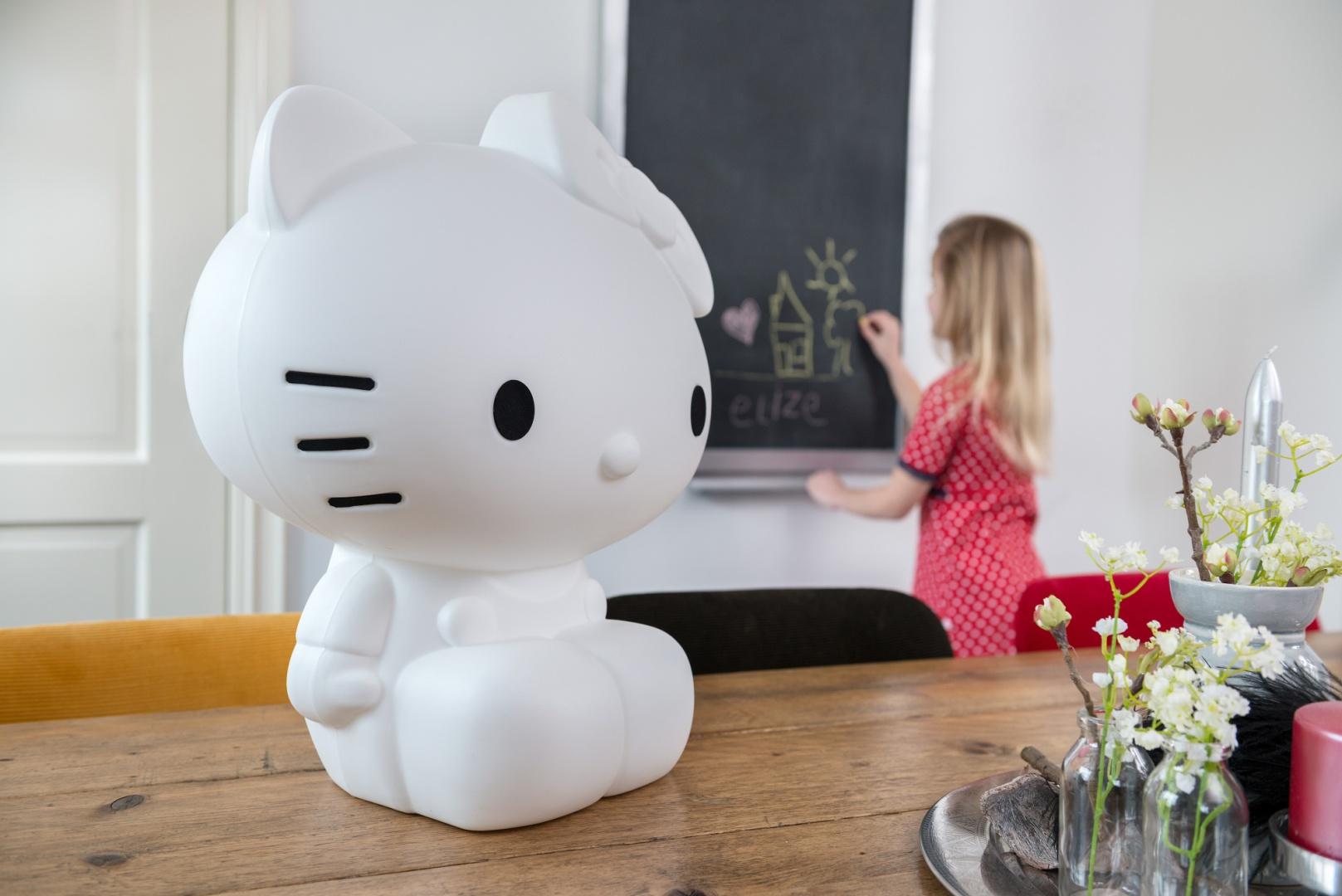 Lampa Hello Kitty pełni nie tylko rolę oświetlenia. W ciągu dnia, gdy jest wyłączona, będzie modną dekoracją pokoju córki. Fot. Maiden.