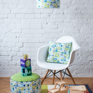 Abażur z tkaniny drukowanej w samochody i samoloty zamieni oświetlenie sufitowe w prawdziwą dekorację pokoju małego chłopca. Fot. Lamps&Company.