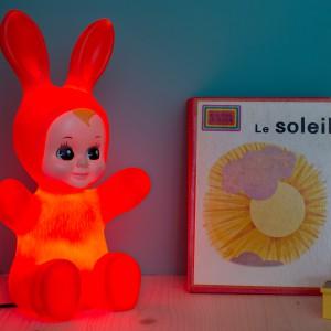 Lampka Baby Bunny z energooszczędną żarówką ledową będzie uroczą, świecącą ozdobą pokoju dziewczynki. Fot. The Kind Who.