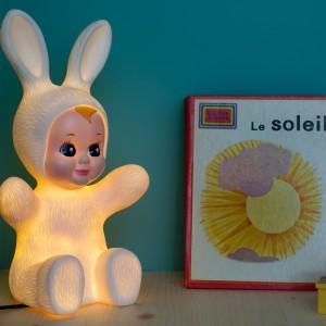 Oświetlenie Baby Bunny dostępne jest w  dwóch kolorach: pomarańczowym oraz jasnożółtym. Fot. The Kind Who.
