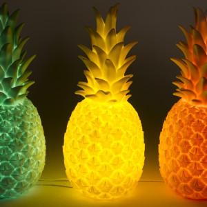 Winylowa lampa w kształcie ananasa została wykonana ręcznie. Dostępna w trzech apetycznych kolorach: żółtym, pomarańczowym i zielonym. Fot. The Kind Who.