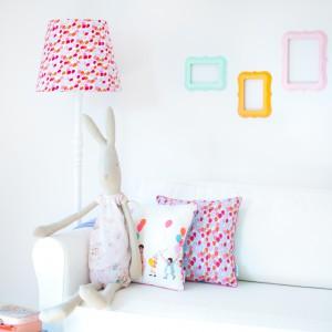 Lampa podłogowa z abażurem w tak lubiane przez najmłodszych, kolorowe baloniki. Fot. Lamps&Company.