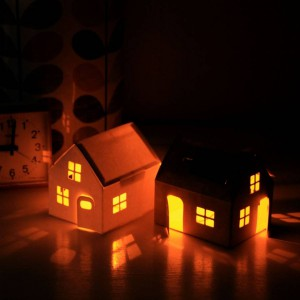 Urocza lampka w kształcie domku, przez okna którego rozbłyska subtelne, ciepłe światło. Idealnie sprawdzi się jako całonocne oświetlenie w pokoju malucha. Fot. notonthehighstreet.com