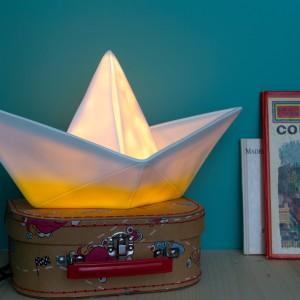 Lampka przypominająca łódkę wykonaną z papieru to propozycja oświetlenia pokoju chłopca. Fot. The Kind Who.