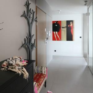 Długi i wąski korytarz urządzono w modnych szarościach. Ich jasny odcień powiększa przestrzeń. Projekt: Małgorzata Borzyszkowska. Fot. Bartosz Jarosz.