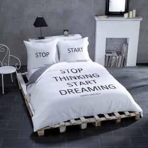 Komplet pościeli Start Stop z kolekcji  Dream&Fun  wykonany z satyny bawełnianej doda pozytywnej energii każdej sypialni. Fot. Dekoria.