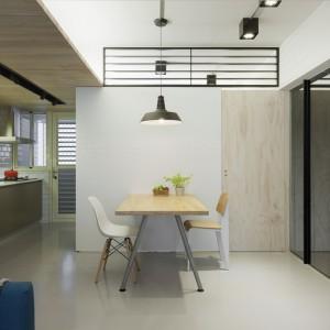 W mieszkaniu nie brak nawiązań do loftowej stylistyki. Widoczne są zwłaszcza w zastosowanym industrialnym oświetleniu. Projekt: KC Design Studio. Fot. KC Design Studio.