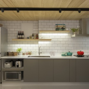 Meble kuchenne utrzymano w nowoczesnej stylistyce, z gładkimi frontami pozbawionymi uchwytów. Ścianę nad blatem pokryto glazurowanymi kaflami w tradycyjnym stylu. Projekt: KC Design Studio. Fot. KC Design Studio.