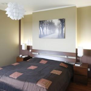 Podłoga doskonale komponuje się z kolorem mebli i przyjemnie kontrastuje z jasnymi ścianami. Fot. Bartosz Jarosz.