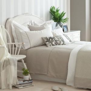 Prześcieradło i poszewki na poduszki z szarego lnu dodadzą sypialni naturalnego uroku. Fot. Zara Home.